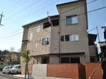 和モダン3階建て 畳ダイニングに家族が集う自然素材の家